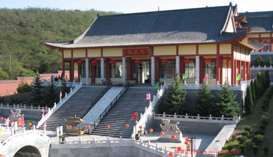 大连森林动物园北门右侧,是大连市区内最大的佛教寺院,莲花山寺三面青