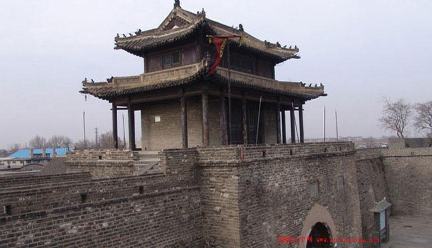 """兴城古城是辽西走廊上的一座名城,是我国保存最为完好的明代古城,是国家级重点文物保护单位、国家AAAA级旅游景区。古城建于明宣德五年(公元1430年),初名""""宁远卫城""""。这里历来是兵家必争之地,明天启六年(1626年)和明天启七年(1627年),明守将袁崇焕以不足两万人兵力击败努尔哈赤和皇太极的两次进攻,史称""""宁远大捷""""。兴城古城略呈正方形,城的四面正中皆有城门,门外有半圆形瓮城。城墙基砌青色条石,外砌大块青砖,内垒巨型块石,中间夹夯黄土。城上各有两层楼阁、围"""